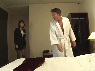 Boss demands from his erotic assistant Harusaki Ryou to give him head