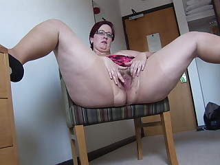 Busy Mature BBW in mini skirt rips her pantyhose with an increment of spreads
