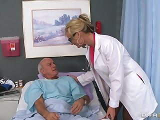 Pretty good doctor Phoenix Marie drops the brush uniform to ride a patient