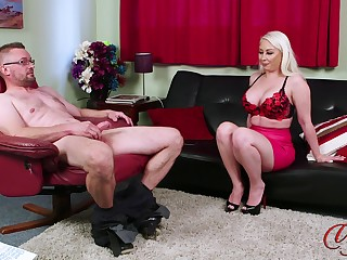 Blonde cougar Pippa Blonde teases with her ass to help him finish