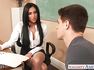 Fucking hot motor coach Jaclyn Taylor lifts her skit up and offers yummy pussy
